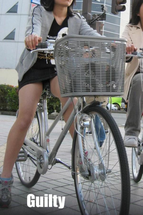 OLのタイトスカート自転車三角パンチラ盗撮エロ画像11枚目