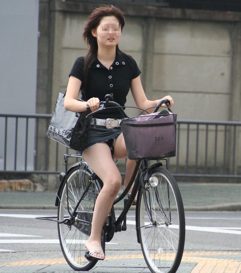 OLのタイトスカート自転車三角パンチラ盗撮エロ画像15枚目