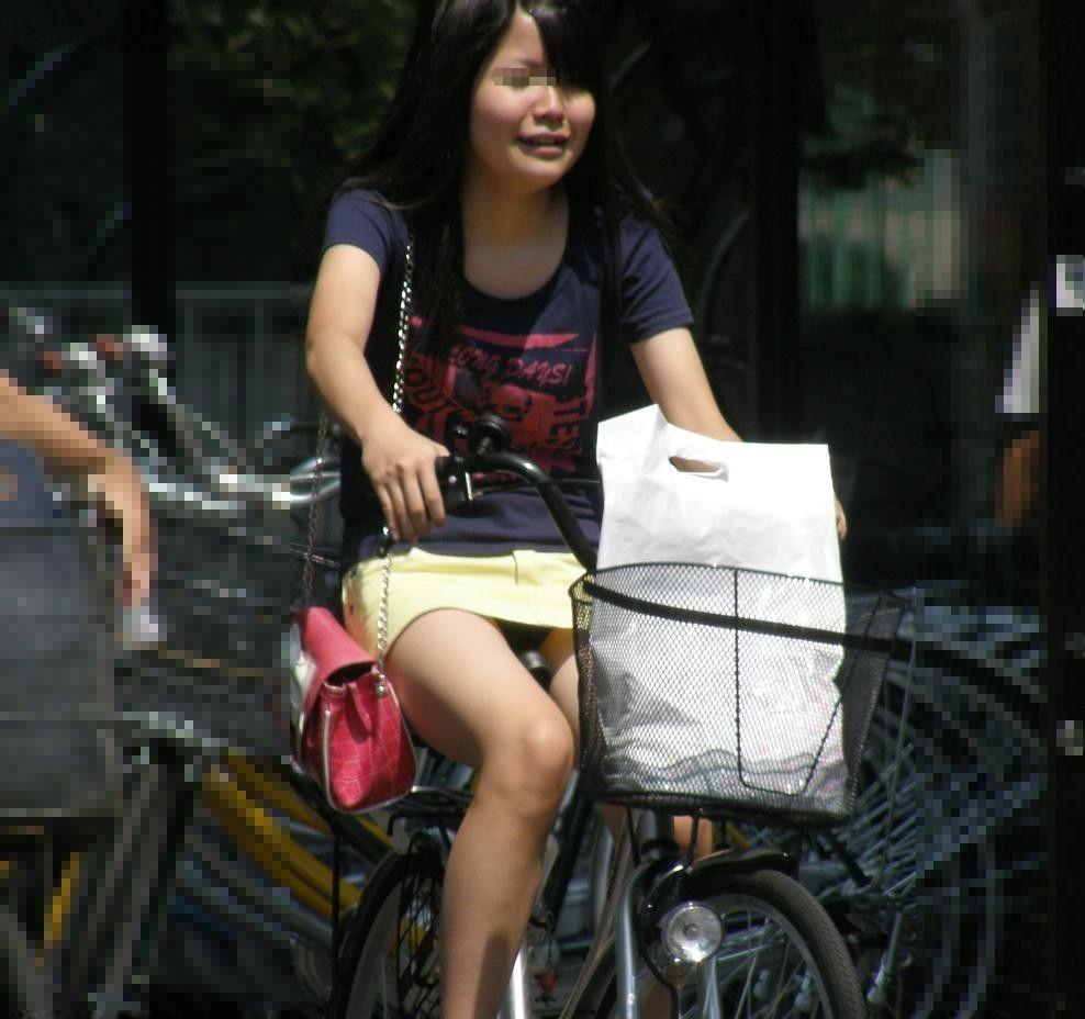 OLのタイトスカート自転車三角パンチラ盗撮エロ画像16枚目