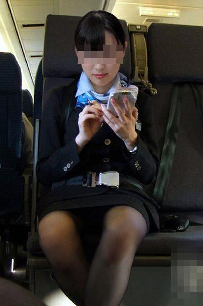 タイトスカート素人CAの三角パンスト盗撮エロ画像1枚目