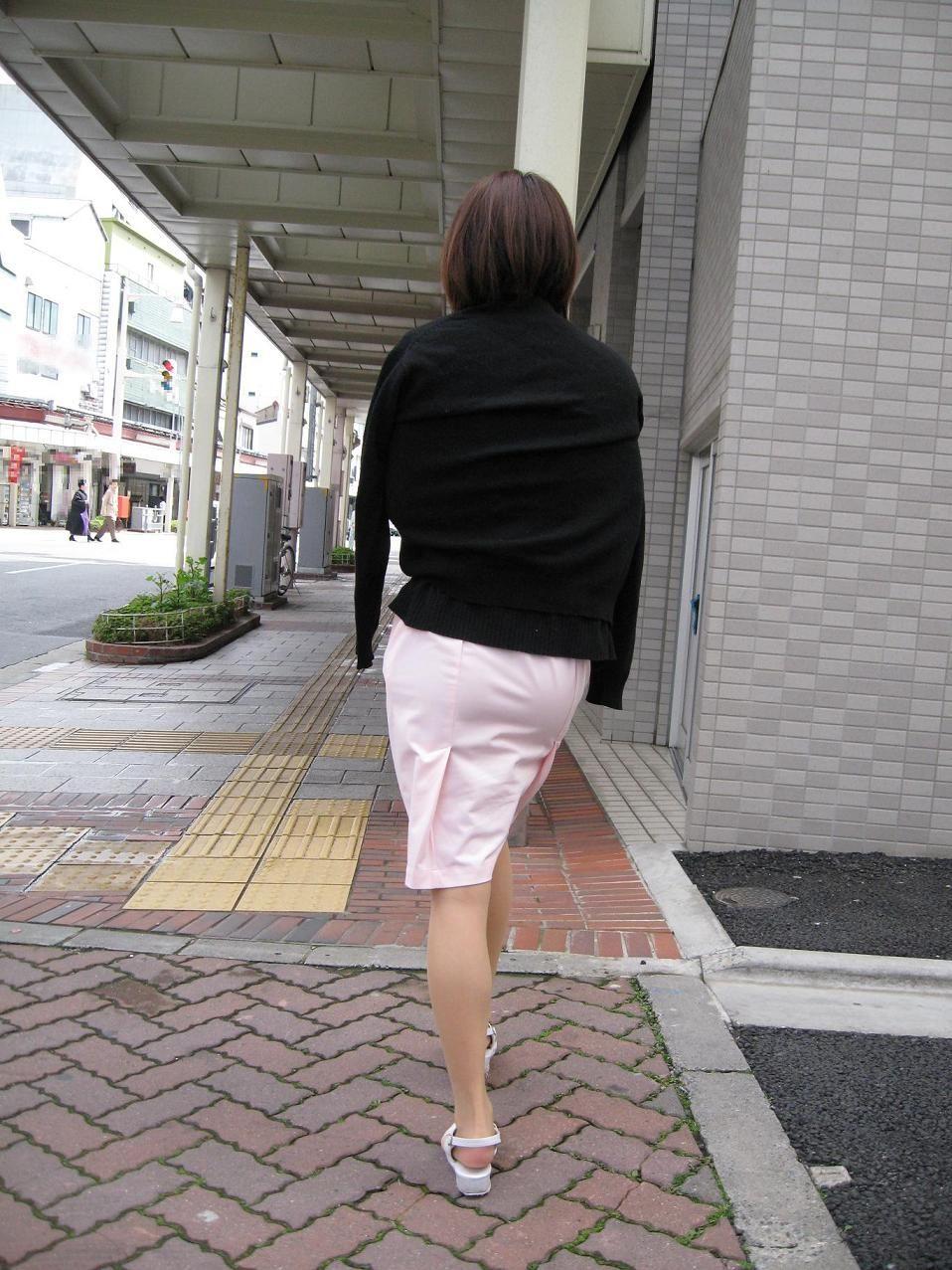 淫乱ナースが白衣をわざと透け下着させる盗撮画像8枚目
