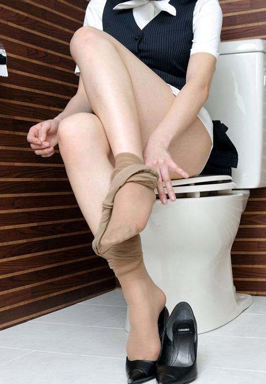 OLのトイレでパンスト脱ぐ蒸れたつま先エロ画像1枚目