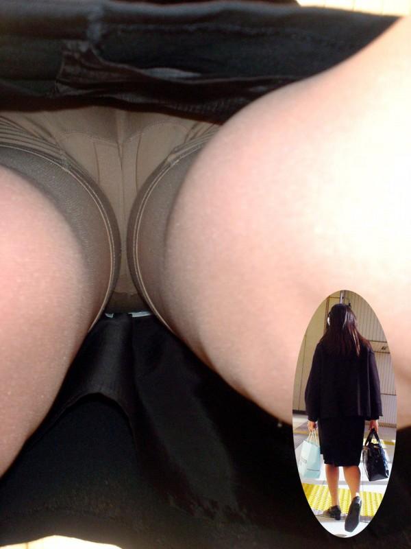 可愛いOLの逆さ撮りベージュパンスト盗撮エロ画像1枚目