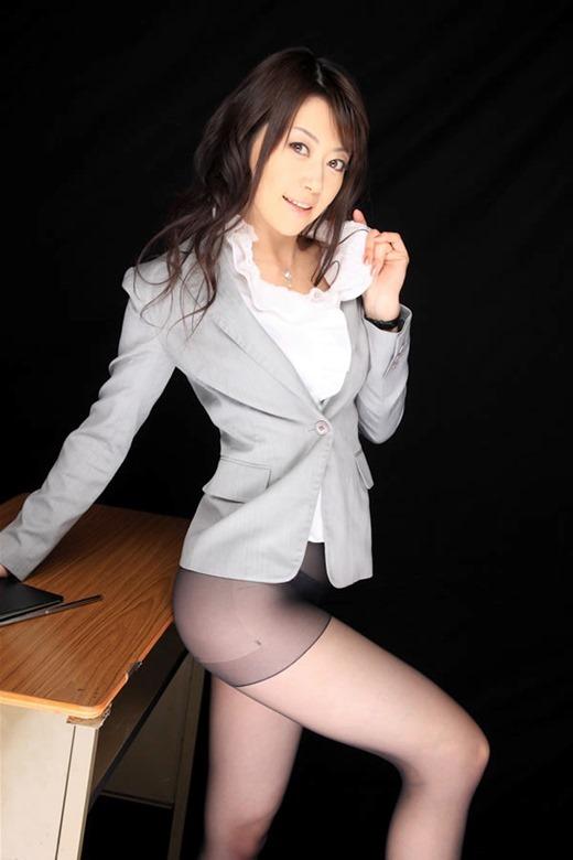 痴女女教師がM字開脚パンチラをする誘惑エロ画像8枚目