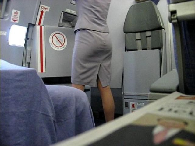 CAのタイトミニしゃがみパンチラ三角盗撮エロ画像13枚目