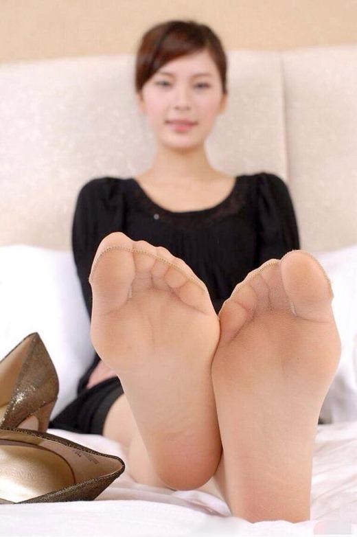 OLの縫い目くっきり黒パンスト蒸れた足裏エロ画像2枚目