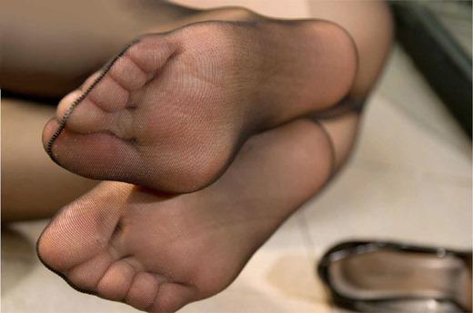 OLの縫い目くっきり黒パンスト蒸れた足裏エロ画像12枚目