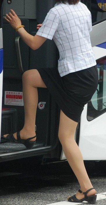 タイトスカートの素人バスガイドを盗撮したエロ画像3枚目