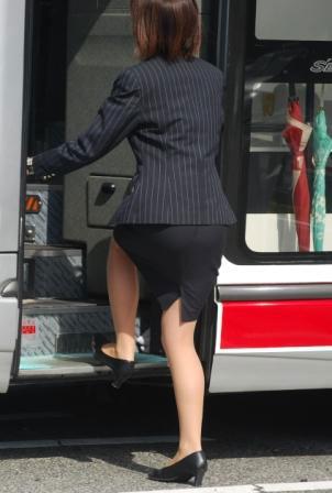 タイトスカートの素人バスガイドを盗撮したエロ画像4枚目