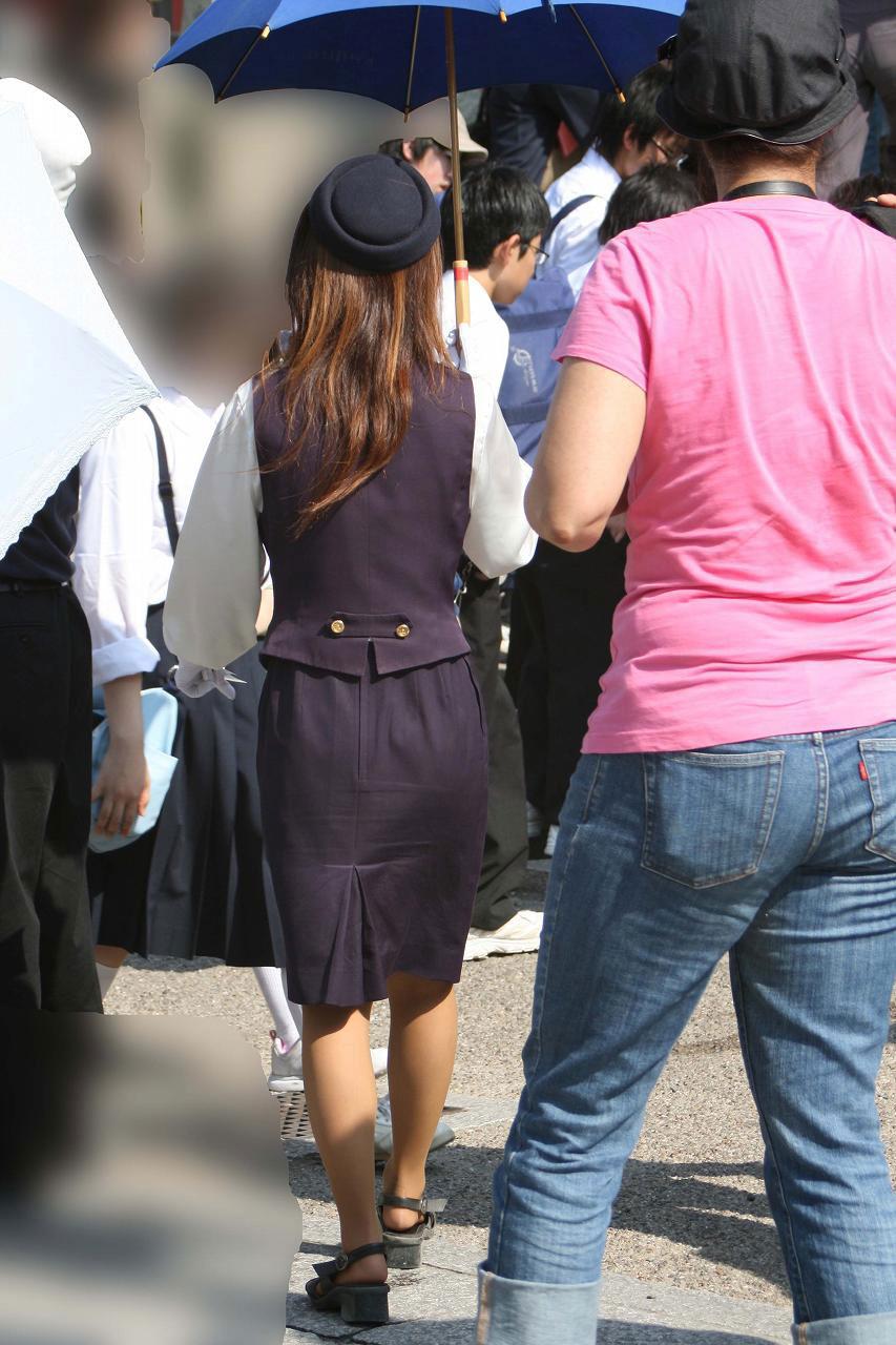 タイトスカートの素人バスガイドを盗撮したエロ画像14枚目