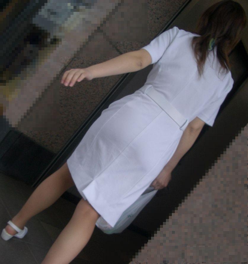 白衣ナースの前かがみ透けパンティライン盗撮エロ画像12枚目