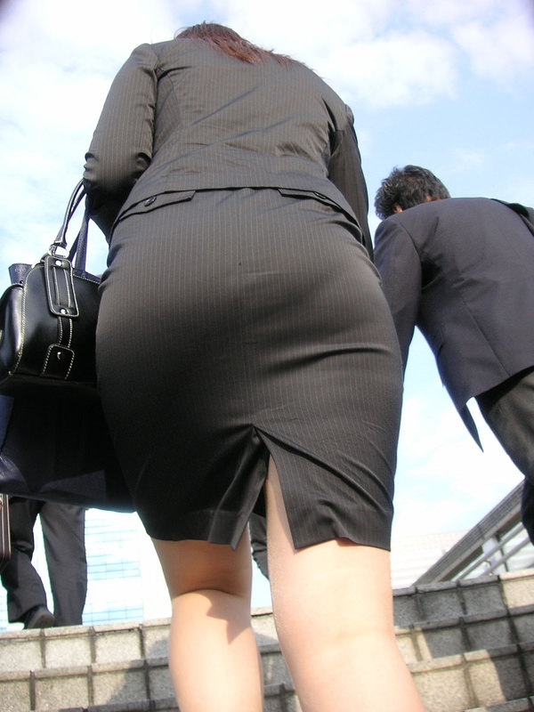 銀行員OLの前かがみパンティライン透け盗撮エロ画像7枚目