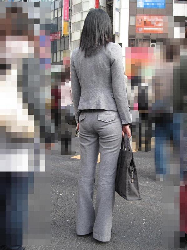銀行員OLの前かがみパンティライン透け盗撮エロ画像10枚目