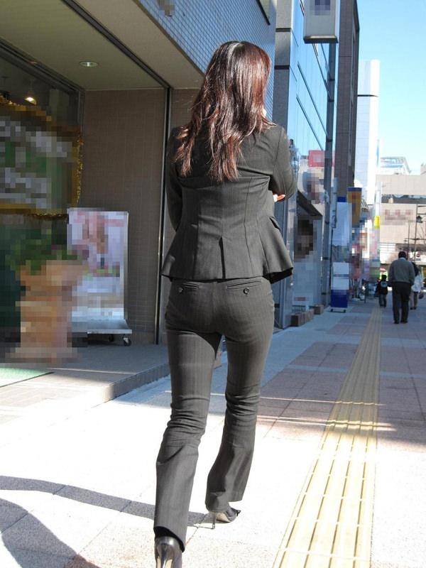 銀行員OLの前かがみパンティライン透け盗撮エロ画像14枚目