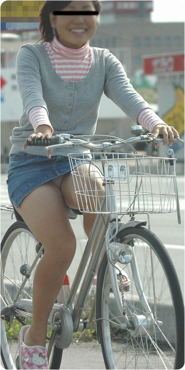 色白タイトミニOLの自転車三角パンチラ盗撮エロ画像3枚目