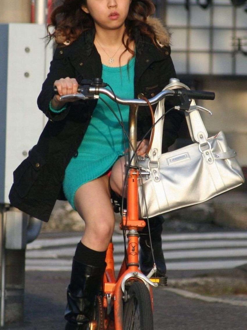 色白タイトミニOLの自転車三角パンチラ盗撮エロ画像6枚目