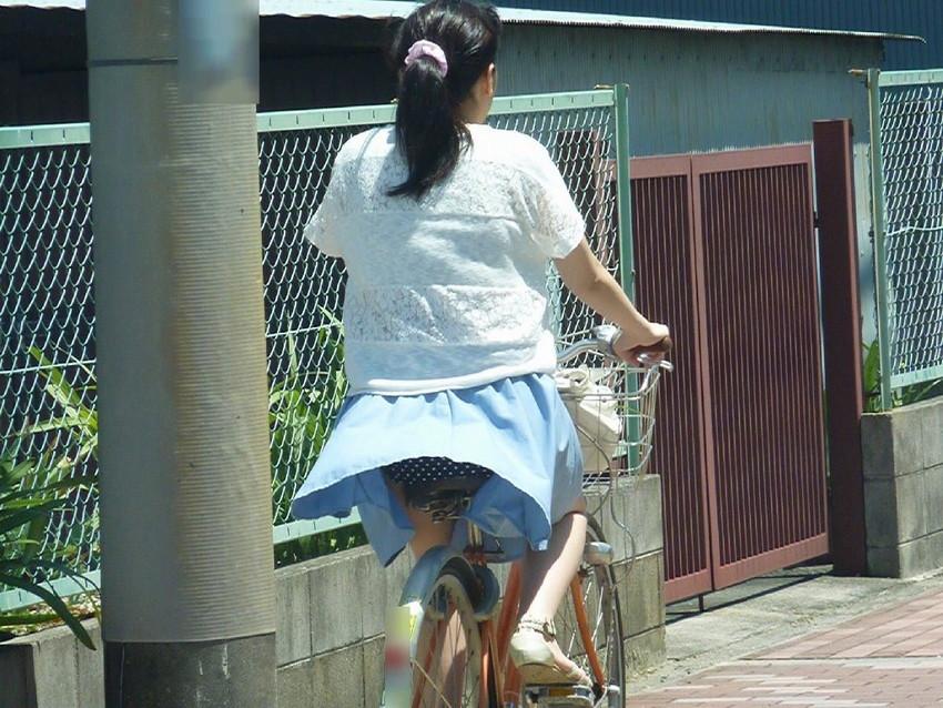 色白タイトミニOLの自転車三角パンチラ盗撮エロ画像7枚目