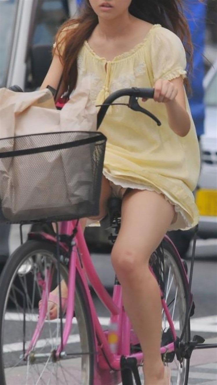色白タイトミニOLの自転車三角パンチラ盗撮エロ画像9枚目