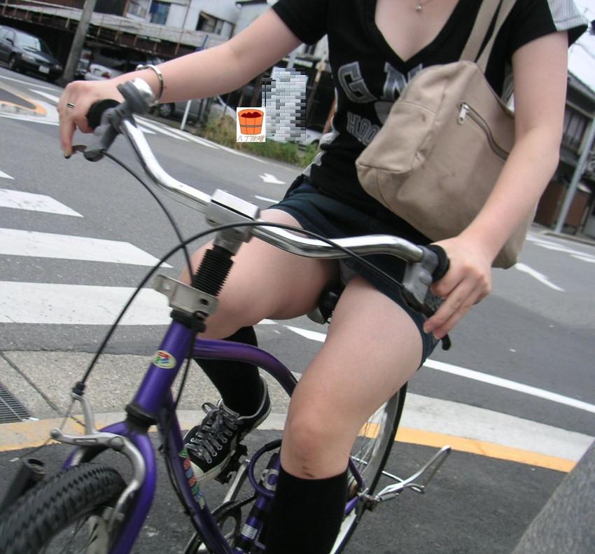 色白タイトミニOLの自転車三角パンチラ盗撮エロ画像10枚目