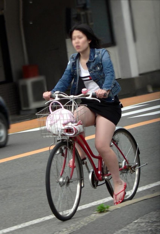 色白タイトミニOLの自転車三角パンチラ盗撮エロ画像13枚目