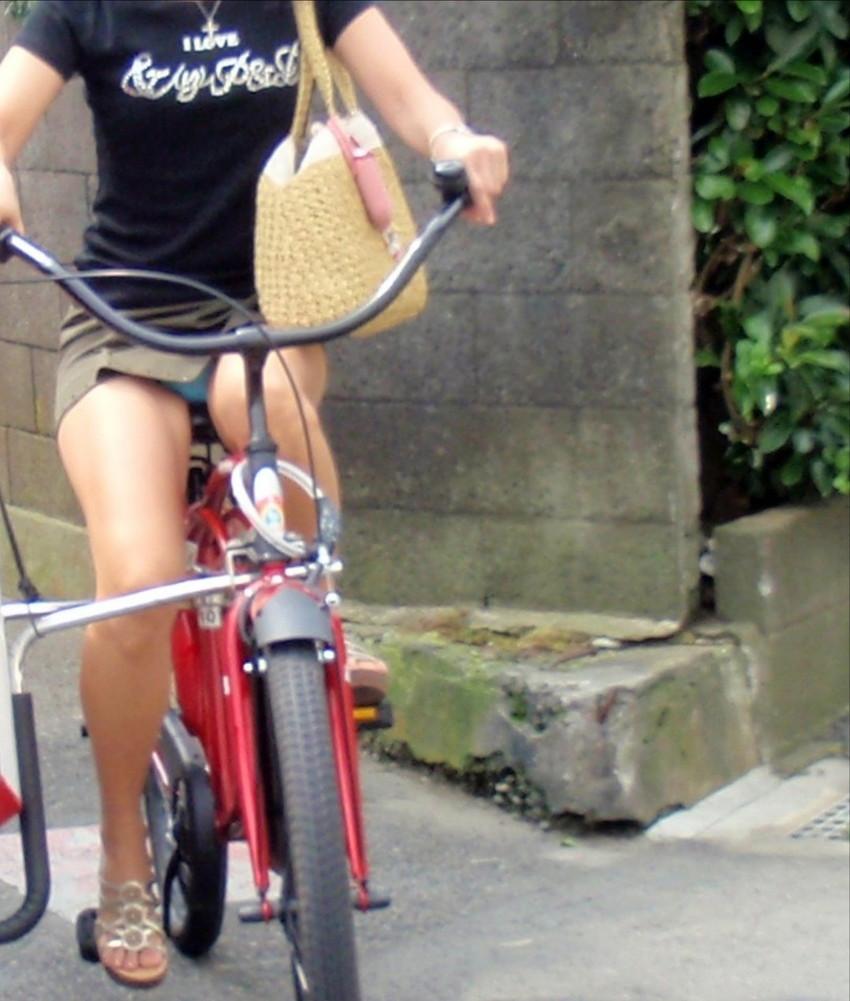 色白タイトミニOLの自転車三角パンチラ盗撮エロ画像14枚目