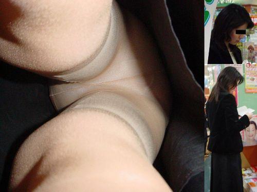 ロリパンツOLの銀行で逆さ撮り盗撮したエロ画像3枚目