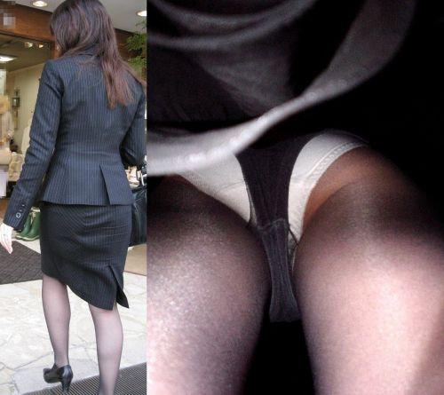 ロリパンツOLの銀行で逆さ撮り盗撮したエロ画像12枚目