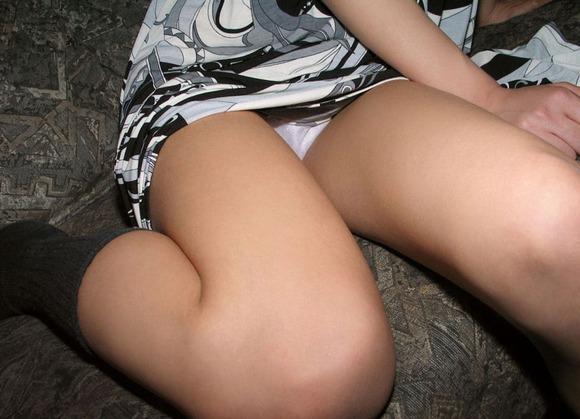 OLのタイトスカートからチラつく三角ゾーン盗撮エロ画像5枚目