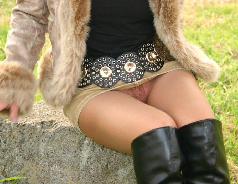 OLのタイトスカートからチラつく三角ゾーン盗撮エロ画像10枚目