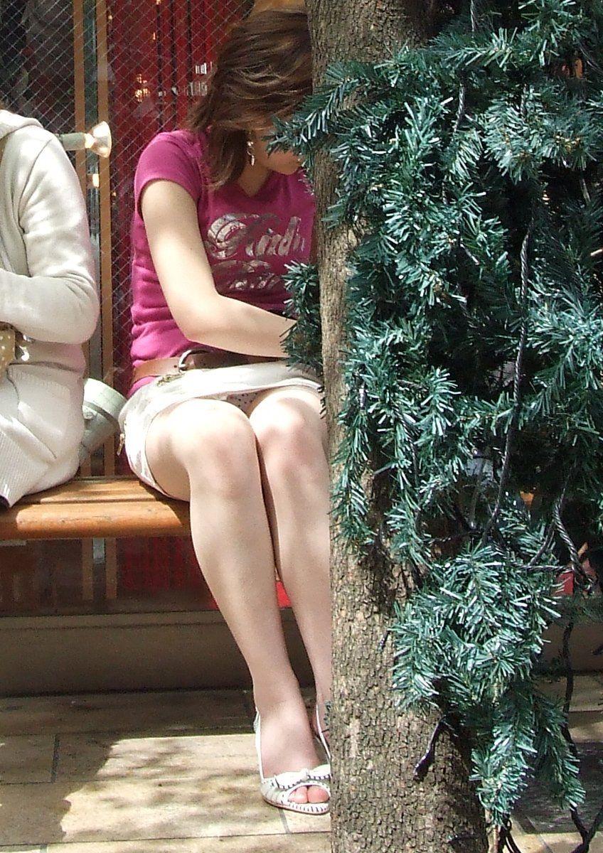 OLのタイトスカートからチラつく三角ゾーン盗撮エロ画像14枚目