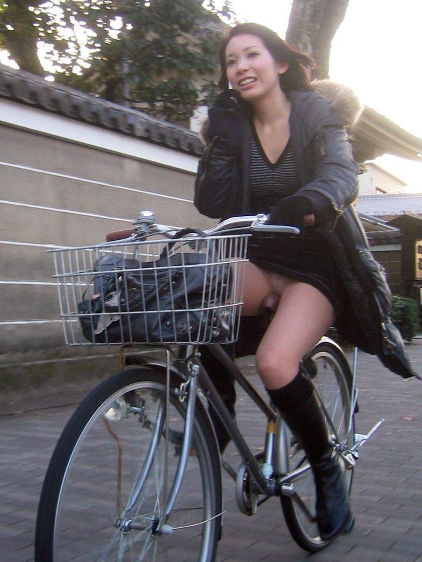 新人OLの自転車開脚の大胆三角パンチラ盗撮エロ画像1枚目