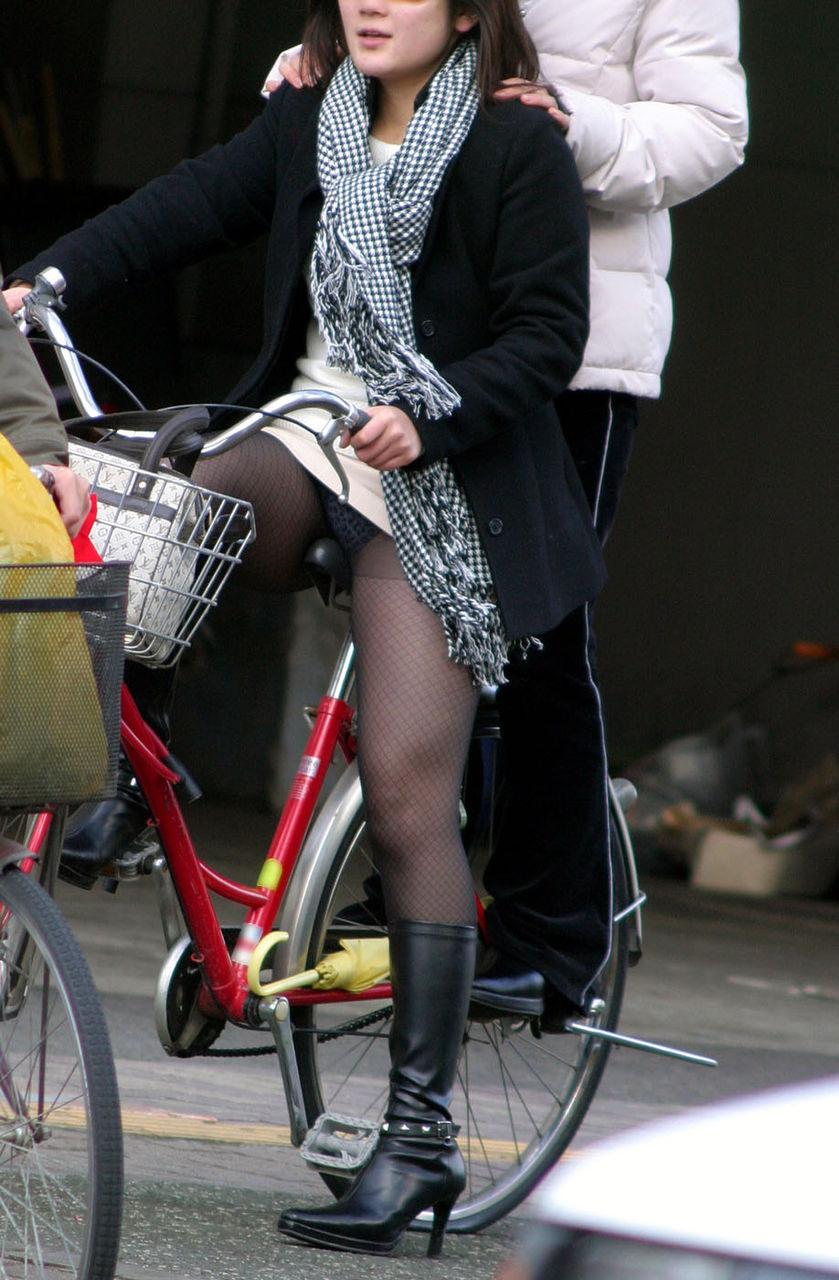 新人OLの自転車開脚の大胆三角パンチラ盗撮エロ画像8枚目