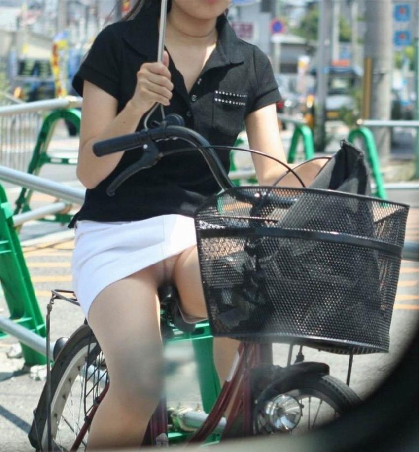 新人OLの自転車開脚の大胆三角パンチラ盗撮エロ画像9枚目
