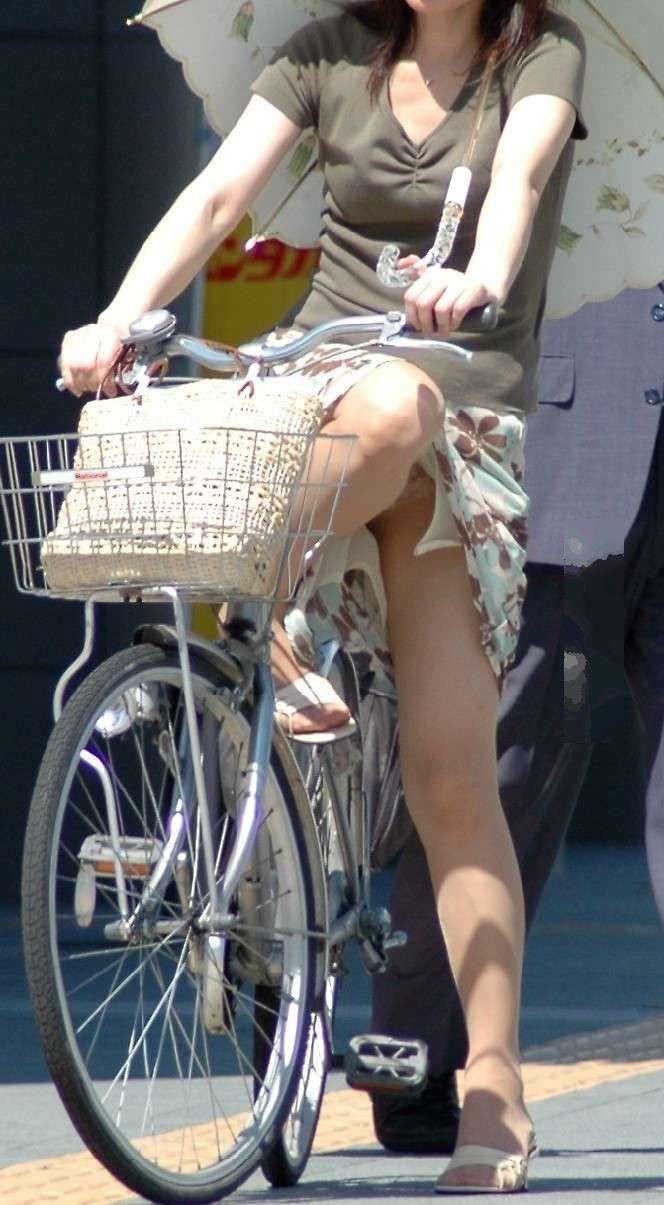 新人OLの自転車開脚の大胆三角パンチラ盗撮エロ画像10枚目