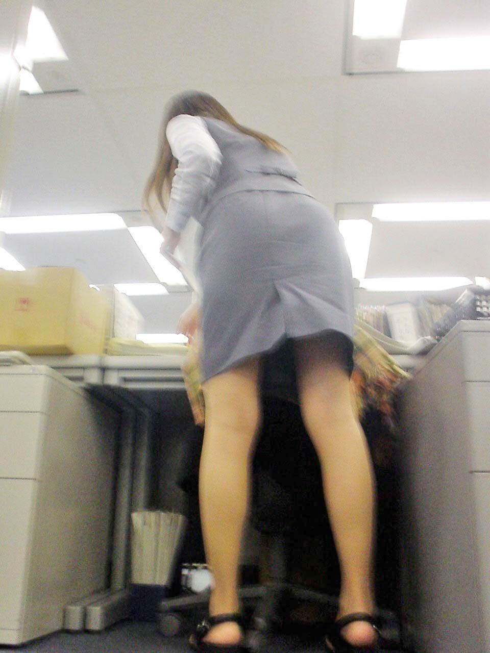 働く素人OLのパンティーライン会社内盗撮エロ画像1枚目