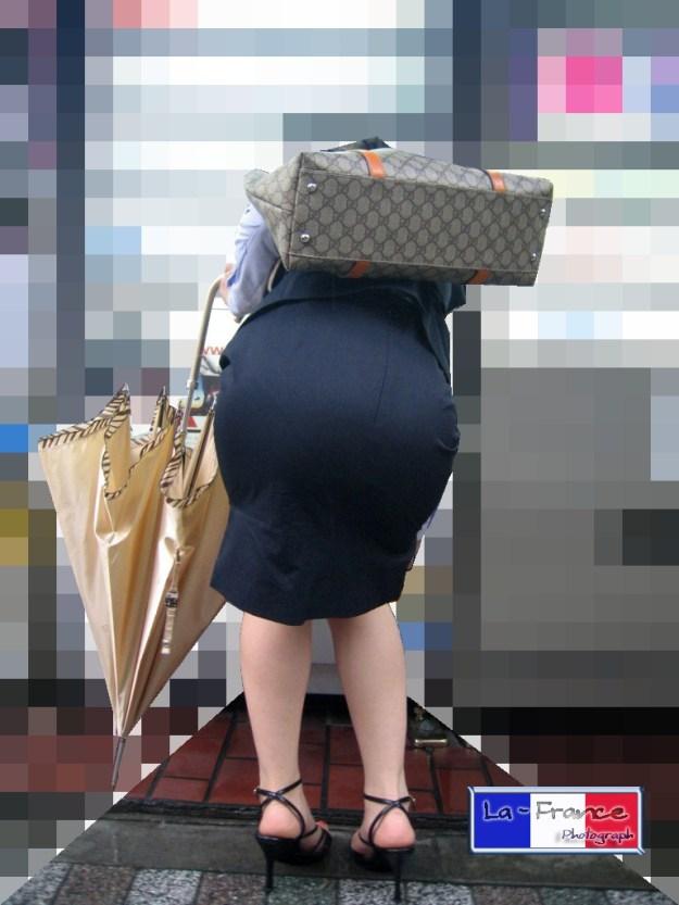 働く素人OLのパンティーライン会社内盗撮エロ画像16枚目