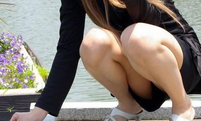 素人巨乳OLのカラオケBOX三角パンチラ盗撮画像15枚目