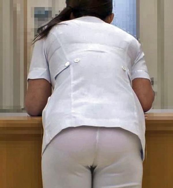 前かがみ透け白衣の素人ナースパンチラ盗撮エロ画像3枚目