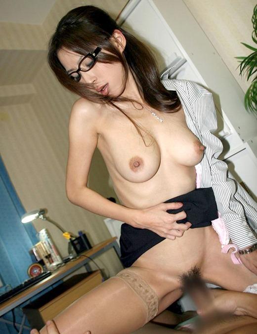 会社内で着衣騎乗位SEXする巨乳眼鏡OLのエロ画像1枚目