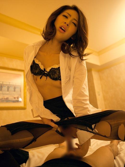 会社内で着衣騎乗位SEXする巨乳眼鏡OLのエロ画像7枚目