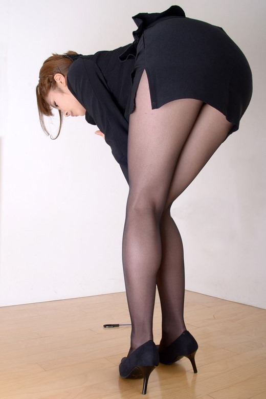 美脚OLが脚線美を魅せつけるパンストエロ画像13枚目