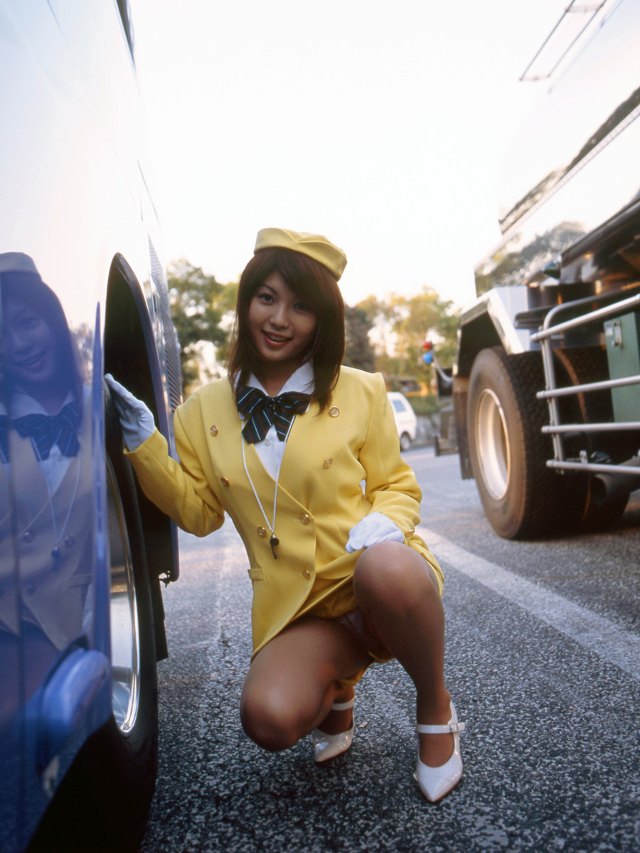 巨乳バスガイドが運転手と着衣のままSEXする画像10枚目
