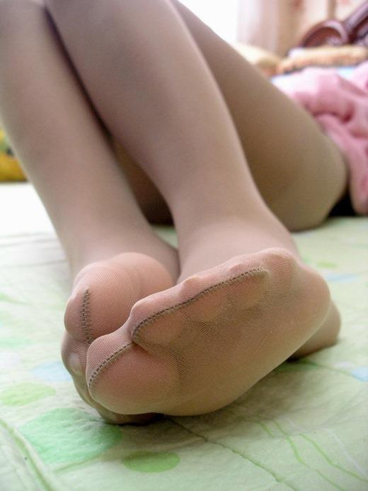 ベージュパンスト素人私服OLの蒸れ臭い足裏エロ画像11枚目