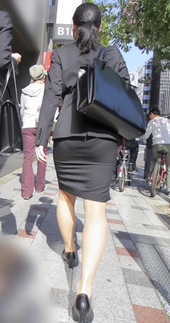 タイトスカートの見ちゃうパンティーラインエロ画像4枚目