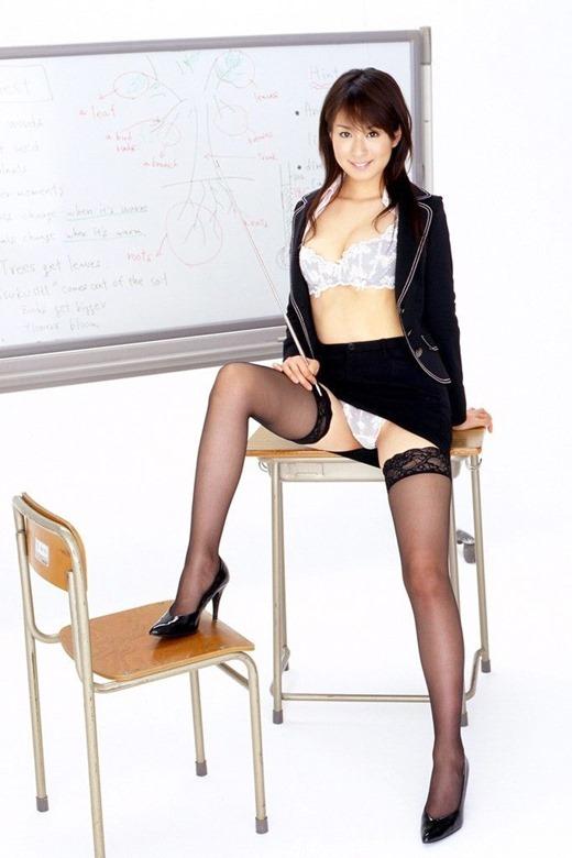 淫乱女教師の巨乳ブラウス谷間の童貞狩りエロ画像2枚目