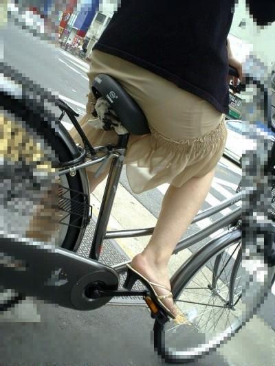 素人OLのパンチラ自転車タイトスカートエロ画像11枚目