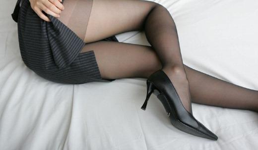 美脚OLがパンスト姿で誘う淫らな枕営業エロ画像2枚目