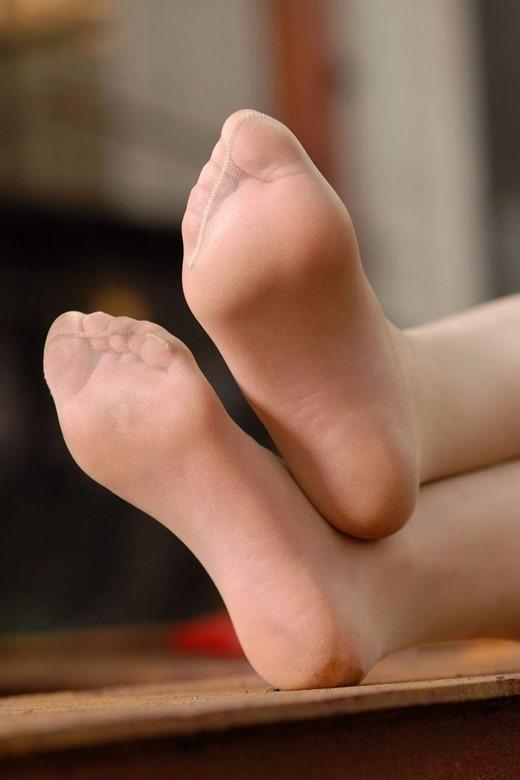 美脚OLのセクシーな足裏ホクロパンストエロ画像12枚目