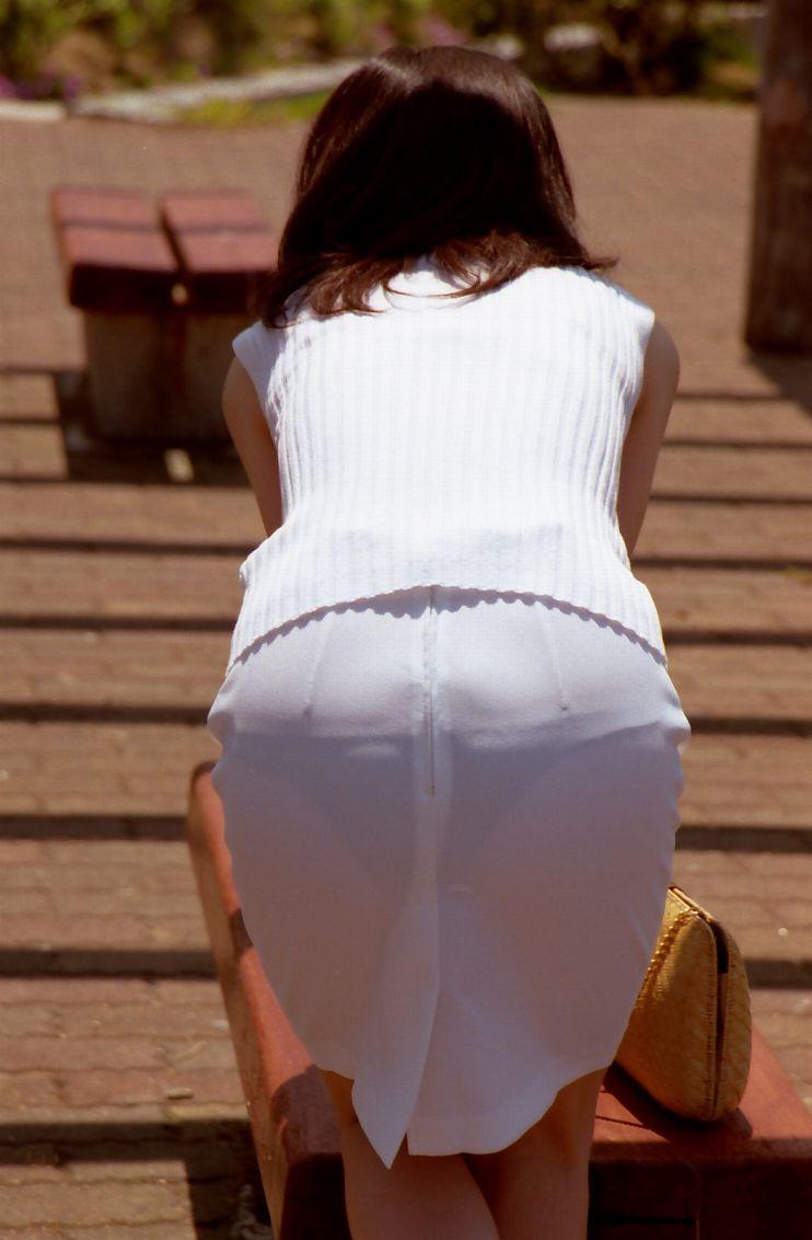 素人OLのタイトスカートパンティライン盗撮エロ画像2枚目