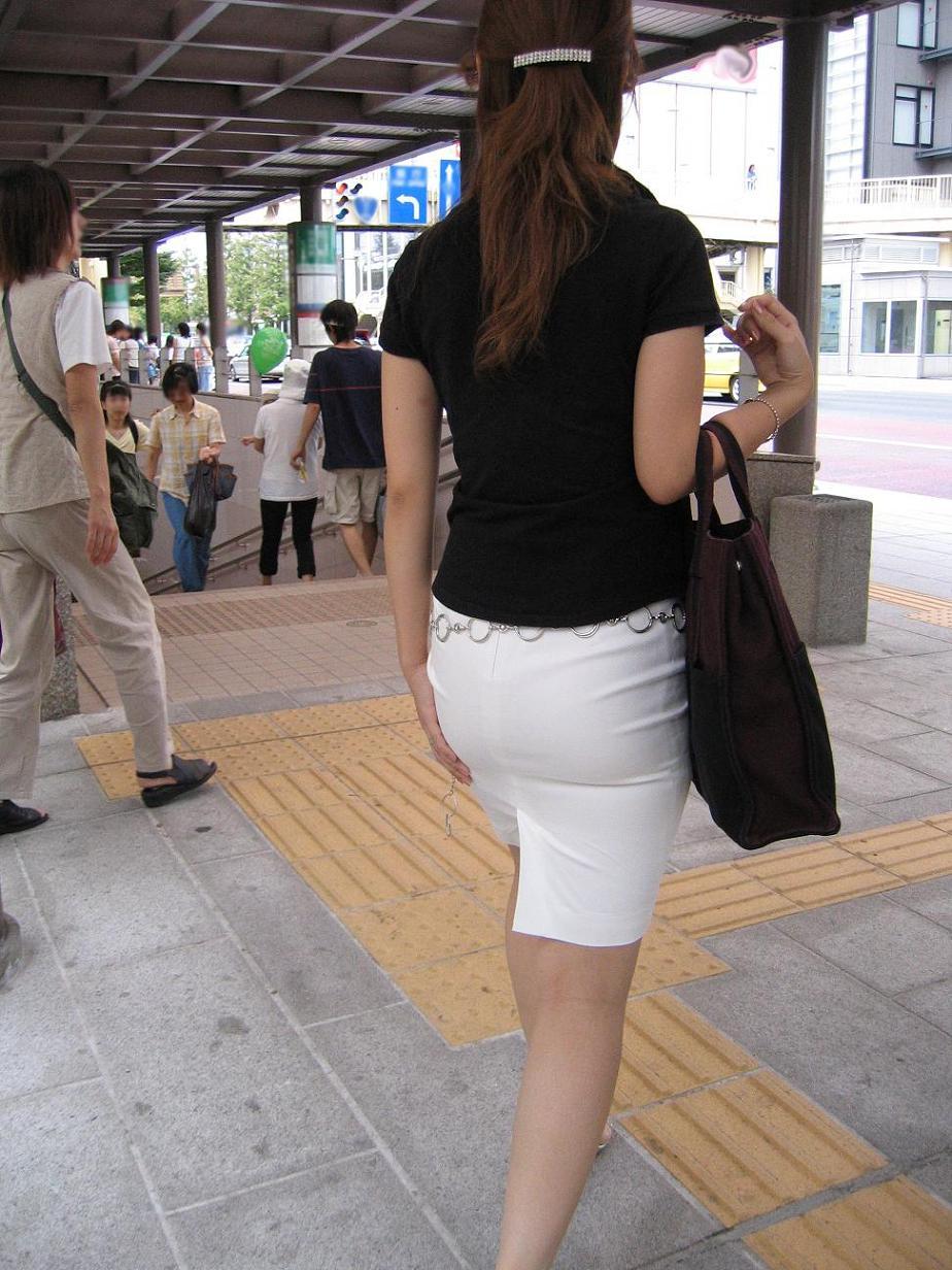 素人OLのタイトスカートパンティライン盗撮エロ画像3枚目